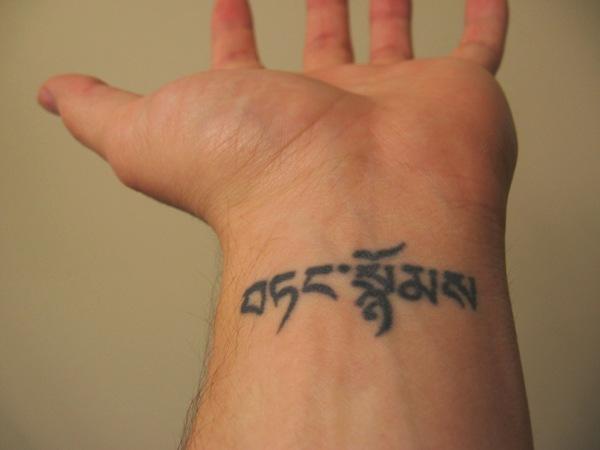 Тату на запястье для мужчин надписи на латыни с переводом