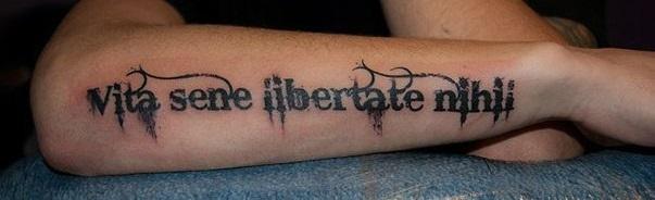 Татуировки надписи на локтях