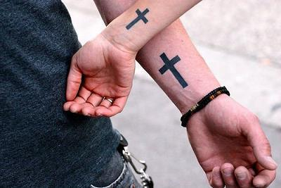 тату крест на руке
