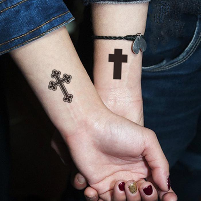 тату крест на левой руке
